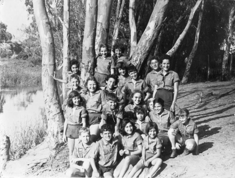 תמונה 8- 1 - קבוצת רימון - כניסה לתנועה בכיתה ו' 1958 ליד נחל חדרה בחפציבה - שמות בגב התמונה ובסי