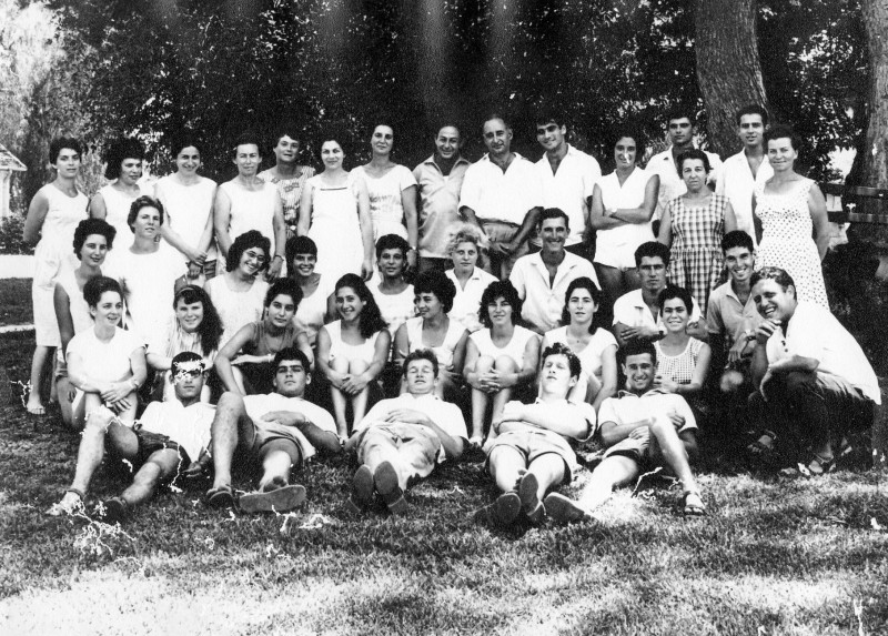 תמונה 19- 18 - קבוצת רימון עם כל המחנכים בסיום י'ב 1965 - המחנכים - שרה שפירא פנינה ברונשטיין יוקי דורון בצלאל יבנין-יהב יעל פגי טרודל פלג חוה אלון ע