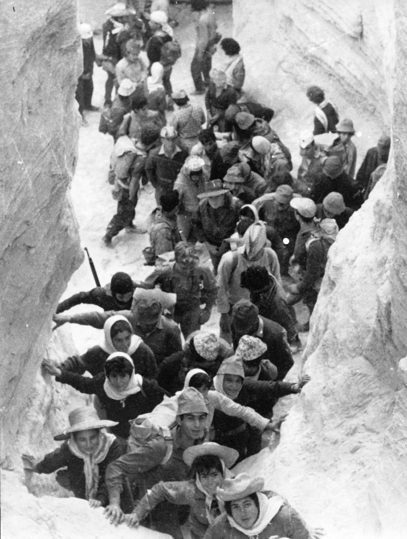תמונה 6- 18 - קבוצת רימון בטיול לדרום - במערת הקמח בהר סדום 1963