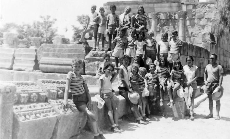 תמונה 6- 346 - קבוצת חבצלת בטיול עם עלה המורה ומרדכי יסעור הנהג