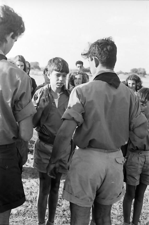 תמונה 32- 651 -גש 1957-מפקד לג בעומר-קב אלון-קבלת עניבות-יובל גולן