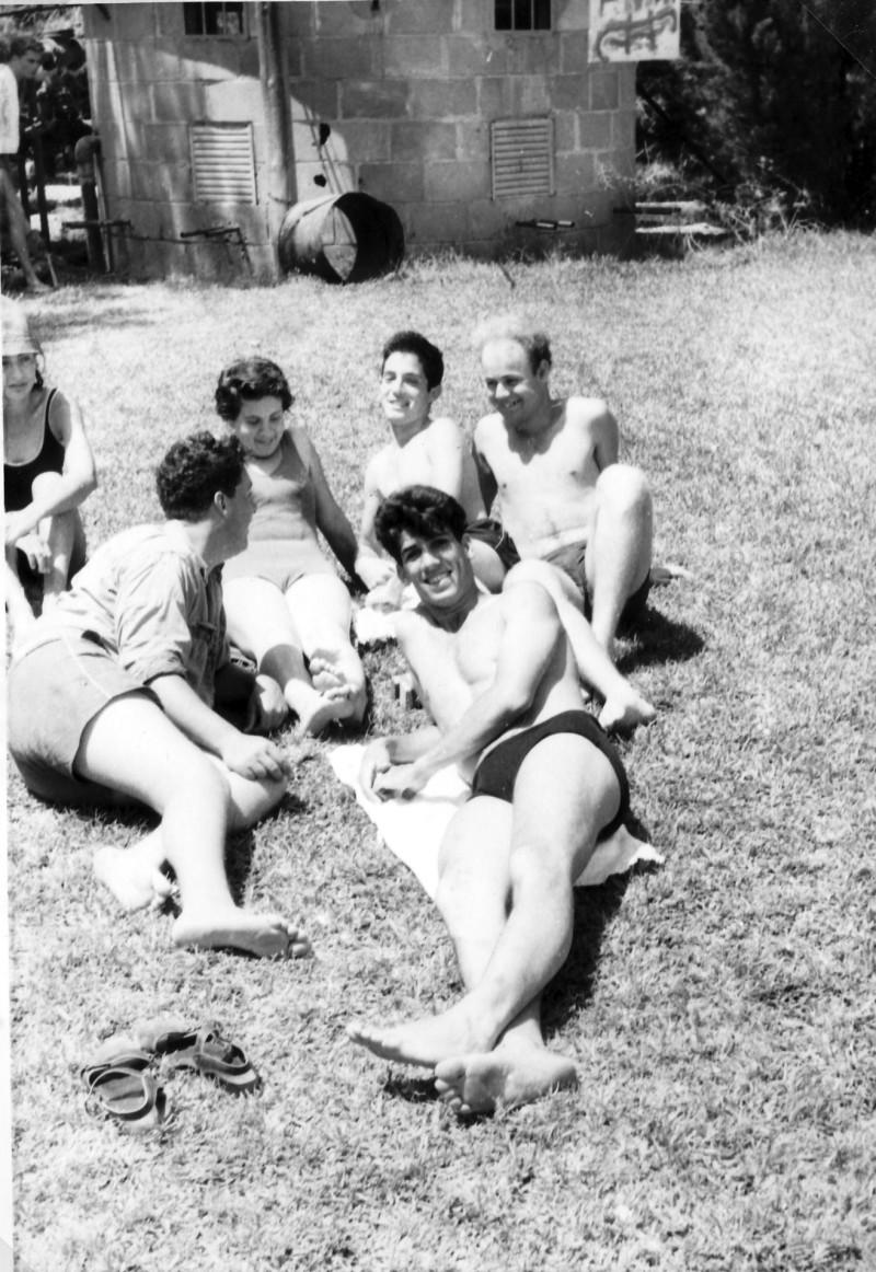 תמונה 12- 966 -ג'ש 1965-6-קב' רקפת-בדשא ליד בריכת השחייה