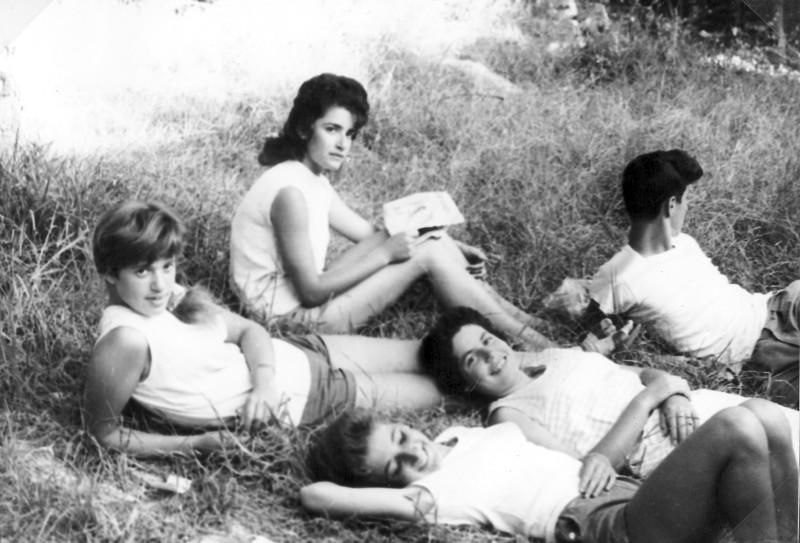 תמונה 16- 966 -ג'ש 1965-6-קב' רקפת-דורית מרגלית רוני לפידות צפור שקדי