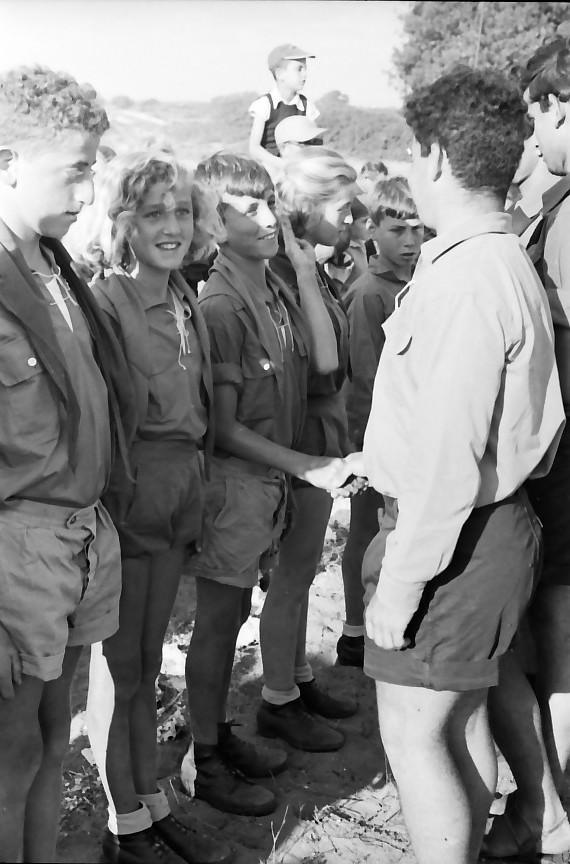 תמונה 34- 651 -גש 1957-מפקד לג בעומר-קב אלון-קבלת עניבות-גרשון אשחר יהודית כץ יונה אייזנברג