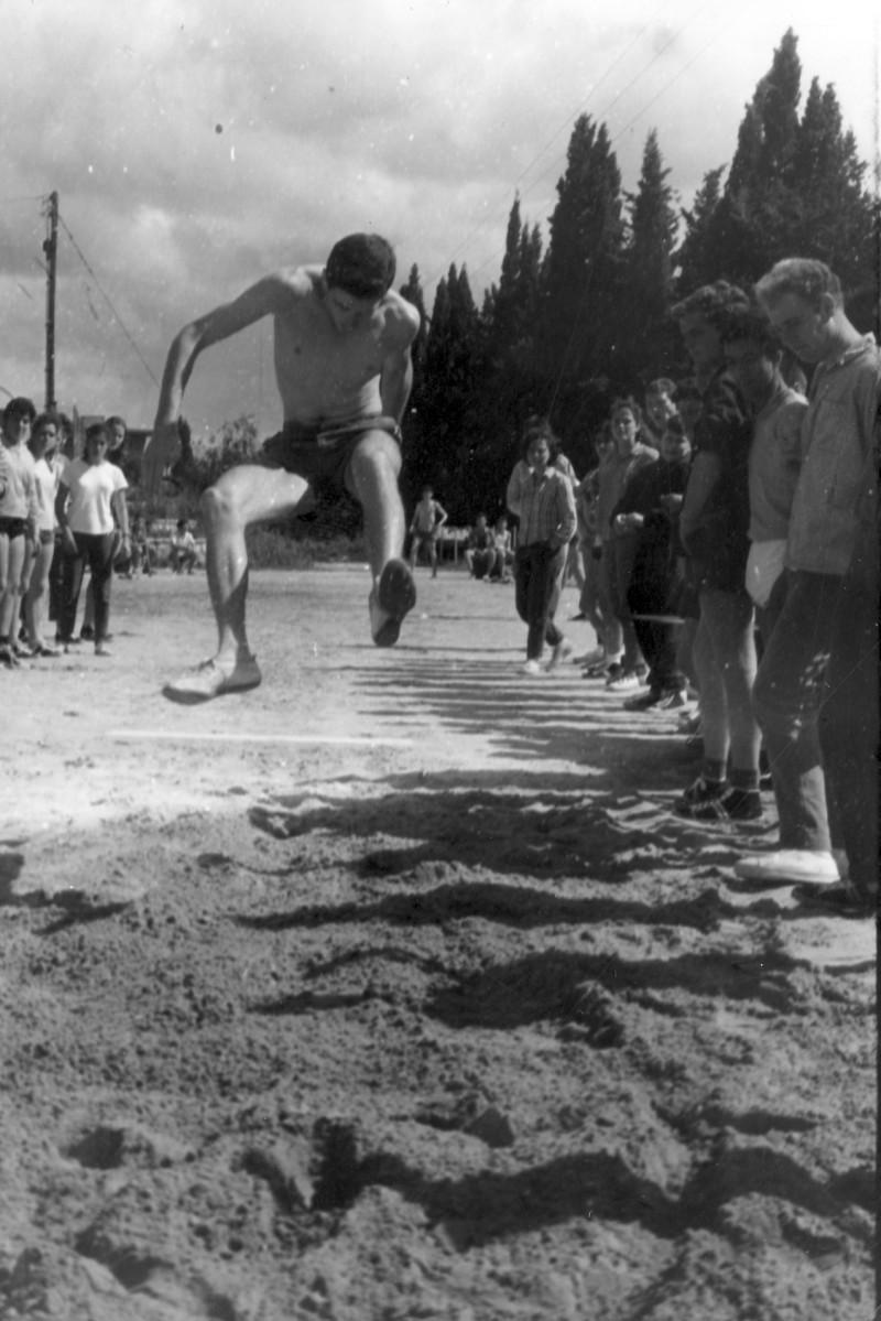 תמונה 19- 966 -ג'ש 1965-6-קב' רקפת-שעור ספורט