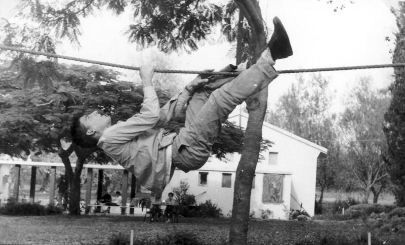 תמונה 22- 966 -ג'ש 1965-6-קב' רקפת-בני עמיר-ברקע-כיתת המוסד