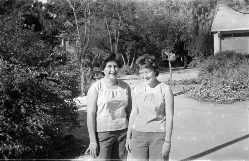 תמונה  16- 1052 -גש-1962-ליד חדר אכל-דליה גלעד-אולנד ושושנה גלעד-קישינבסקי