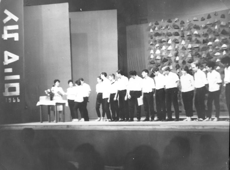 תמונה 35- 966 -ג'ש 1966-קב' רקפת-טכס סיום המוסד בבית העם
