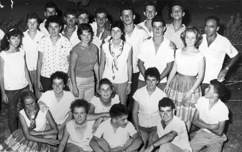תמונה 2- 302 - קבוצת אלון עם יהודה שי ועמירה רוטמן 1962-שמות בגב התמונה