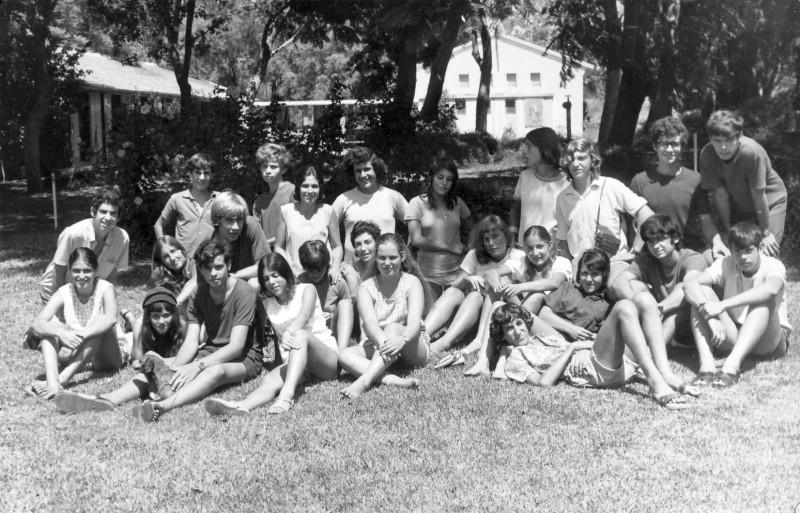 תמונה 1- 411 - גן-שמואל-קב' הדס 1972 - שמות בגב התמונה ובסכום