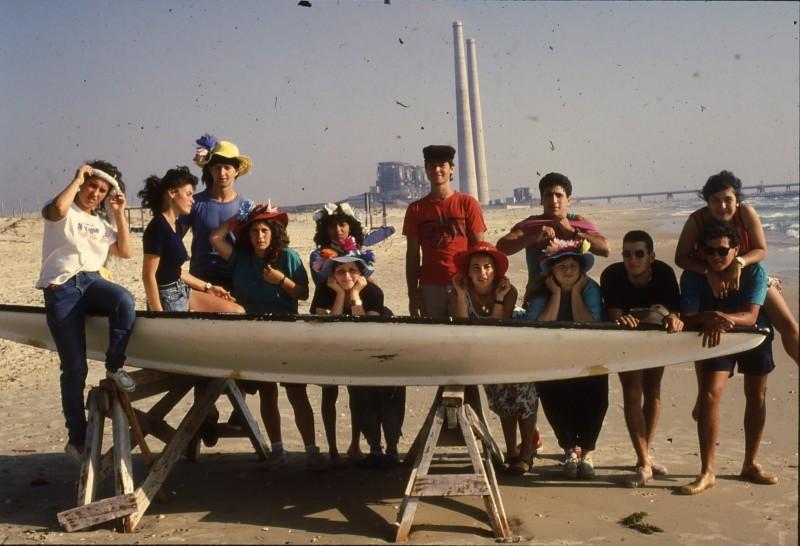שקופית 26- 192 -גש 1988-קב לבנה-בסיום המוסד-בחוף הים-ברקע-תחנת הכח חדרה