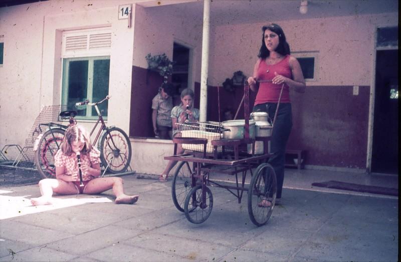 שקופית 24- 181 -ג'ש 1975-8-מוסד חינוכי-נערה מקב' להבה-בבית ילדים