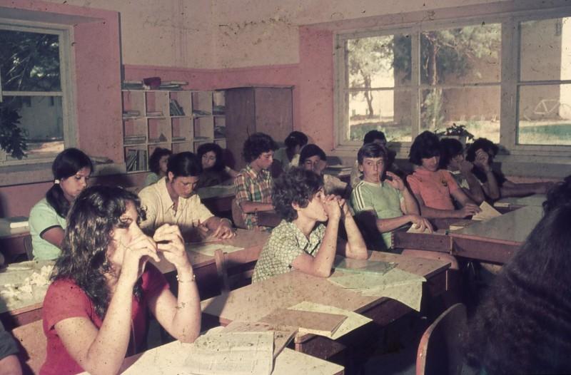 שקופית 29- 181 -ג'ש 1975-8-מוסד חינוכי-קב' להבה-בכיתה