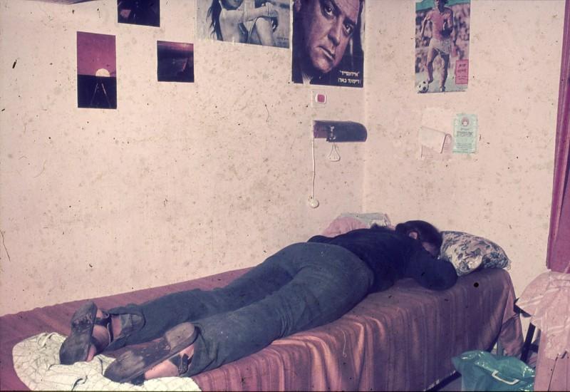 שקופית 8- 181 -ג'ש 1975-8-מוסד חינוכי-קב' להבה-בחדר המגורים