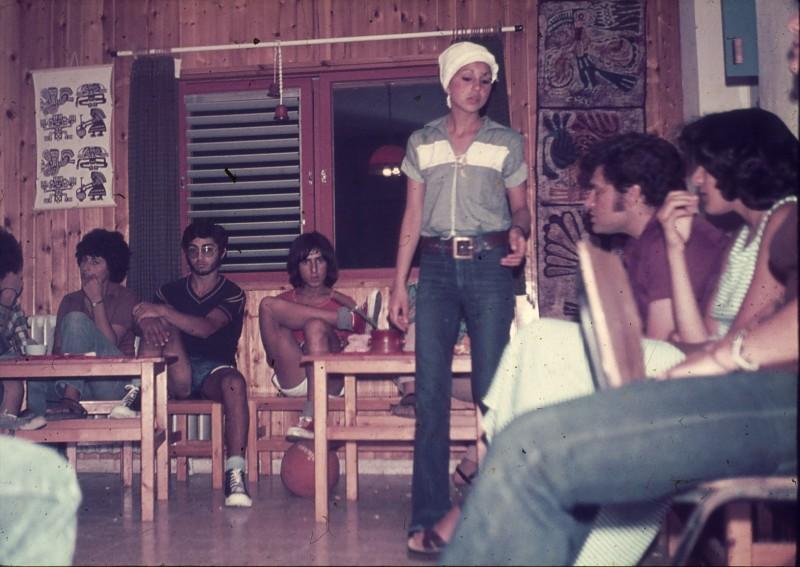שקופית 11- 181 -ג'ש 1975-8-מוסד חינוכי-קב' להבה-בכיתה עם המורה שלמה ברלב