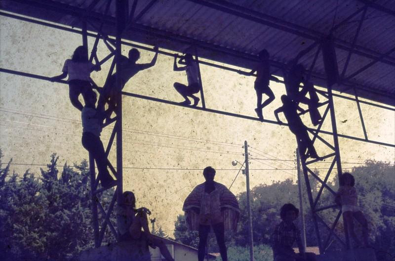שקופית 13- 181 -ג'ש 1975-8-מוסד חינוכי-קב' להבה-במגרש הכדורסל