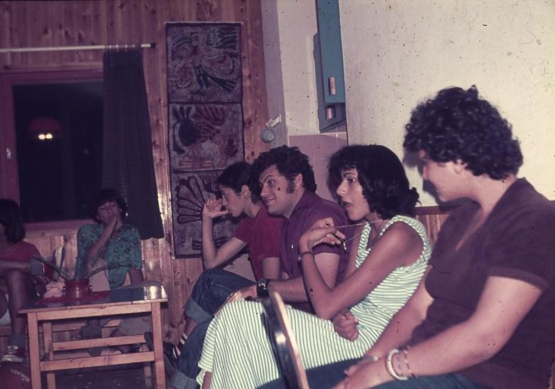 שקופית 18- 181 -ג'ש 1975-8-מוסד חינוכי-קב' להבה-בכיתה עם המורה שלמה ברלב