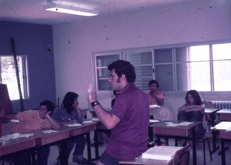 שקופית 19- 181 -ג'ש 1975-8-מוסד חינוכי-קב' להבה-בכיתה עם המורה שלמה ברלב
