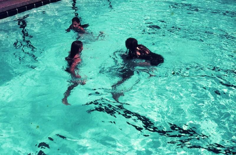 שקופית 44- 172 -ג'ש 1974-6-ילדי קב' סלע בבריכת שחייה