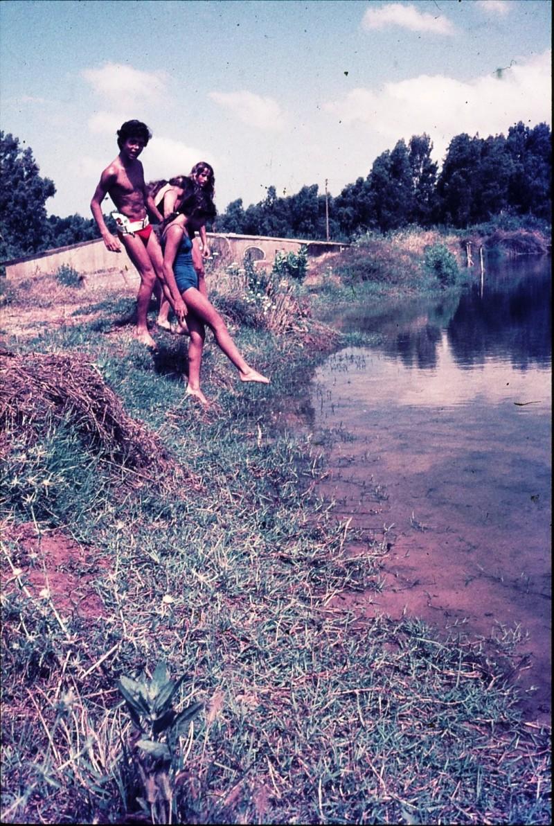 שקופית 17- 172 -ג'ש 1974-6-ילדי קב' סלעב בריכות דגים סאלם