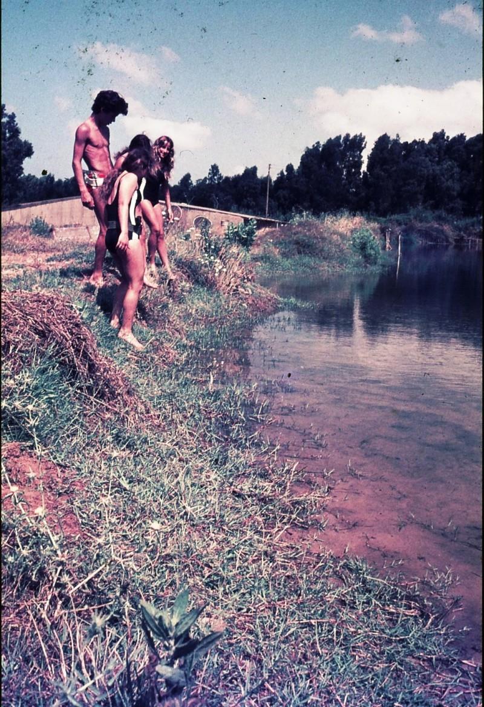 שקופית 18- 172 -ג'ש 1974-6-ילדי קב' סלע בבריכות דגים סאלם