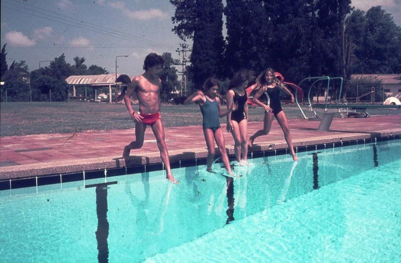 שקופית 19- 172 -ג'ש 1974-6-ילדי קב' סלע בבריכת שחייה-שמות בסכום