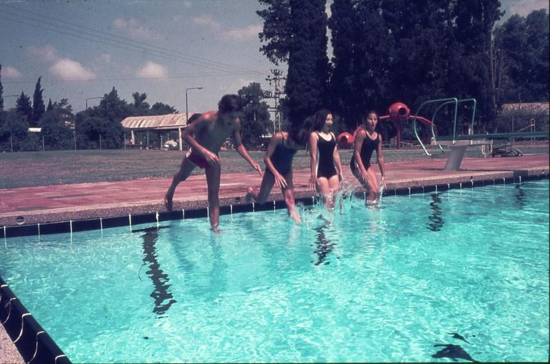 שקופית 20- 172 -ג'ש 1974-6-ילדי קב' סלע בבריכת שחייה-שמות בסכום