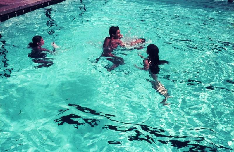 שקופית 23- 172 -ג'ש 1974-6-ילדי קב' סלע בבריכת שחייה-גיא אורן ורד שי