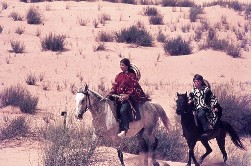 שקופית 26- 172 -ג'ש 1974-6-אריאלה-ראלי מרגלית ויעקב ברק על סוסים בחולות