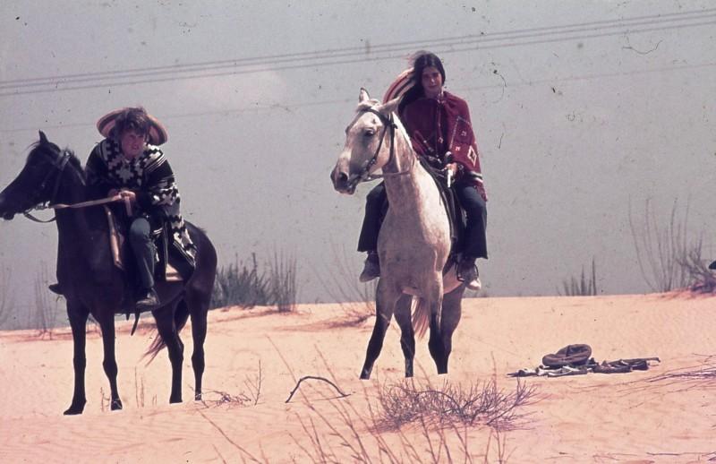 שקופית 27- 172 -ג'ש 1974-6-אריאלה-ראלי מרגלית ויעקב ברק על סוסים בחולות