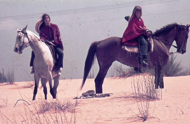שקופית 28- 172 -ג'ש 1974-6-אריאלה-ראלי מרגלית ועופר בראון על סוסים בחולות
