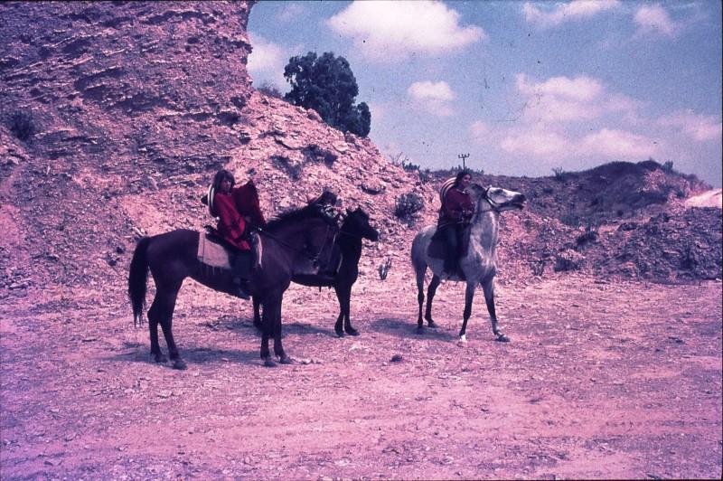 שקופית 34- 172 -ג'ש 1974-6-על סוסים במחצבה בדמיירה-שמות בסכום
