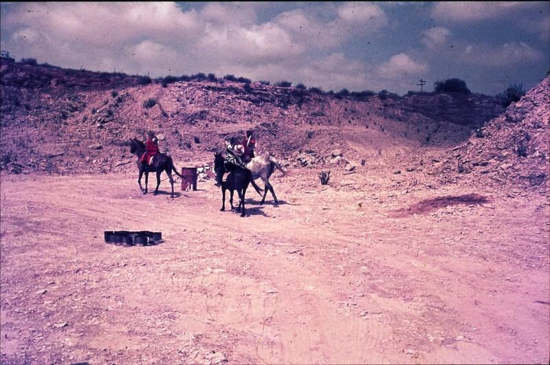 שקופית 36- 172 -ג'ש 1974-6-ילדי קב' סלע על סוסים במחצבה בדמיירה