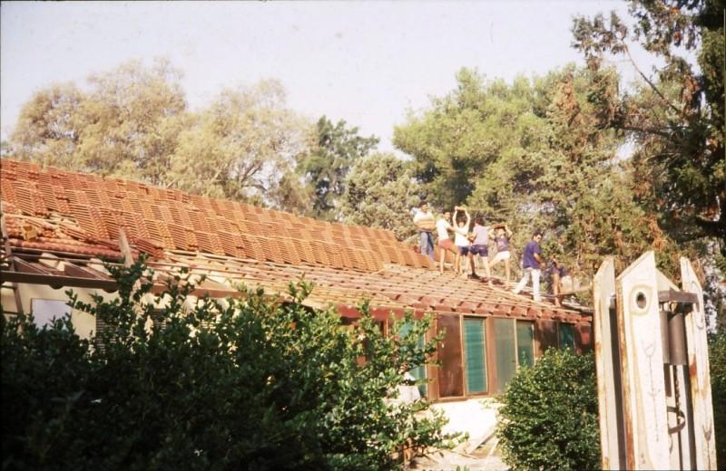 שקופית 21- 241 -ג'ש 1982-3-כיסוי חדר אכל מוסד ברעפים