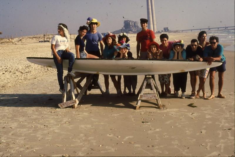 שקופית 10- 192 -גש 1988-קב לבנה-בסיום המוסד-בחוף הים-ברקע-תחנת הכח חדרה