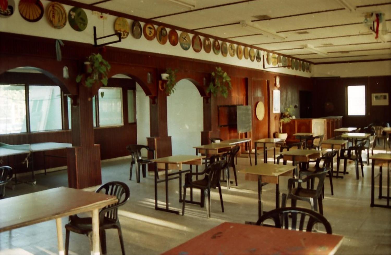 תמונה 11- 211 - 1996- המוסד החינוכי-חדר אכל-סמלי הקבוצות