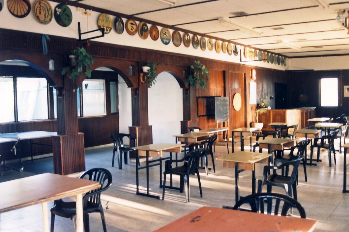 תמונה 7- 81 - מועדון המוסד - על הקיר סמלי כל קבוצות המוסד לדורותיהן