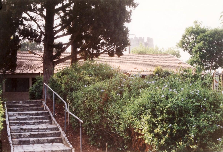 תמונה 15- 123 - גן-שמואל 2000 - המדרגות למועדון -בעבר חדר אוכל מוסד