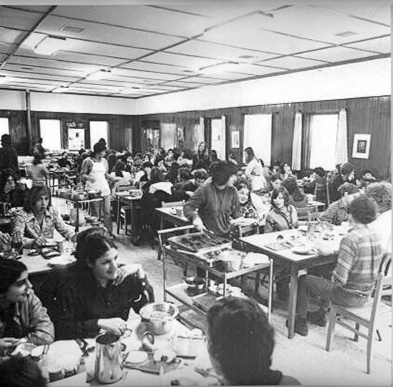 תמונה 3- 886 - 1972-בחדר אוכל במוסד החינוכי