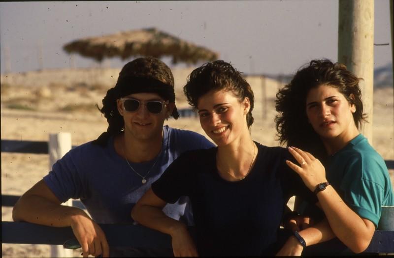 שקופית 20- 192 -גש 1988-קב לבנה-בסיום המוסד- יוסי עבדי, טלי ואתי