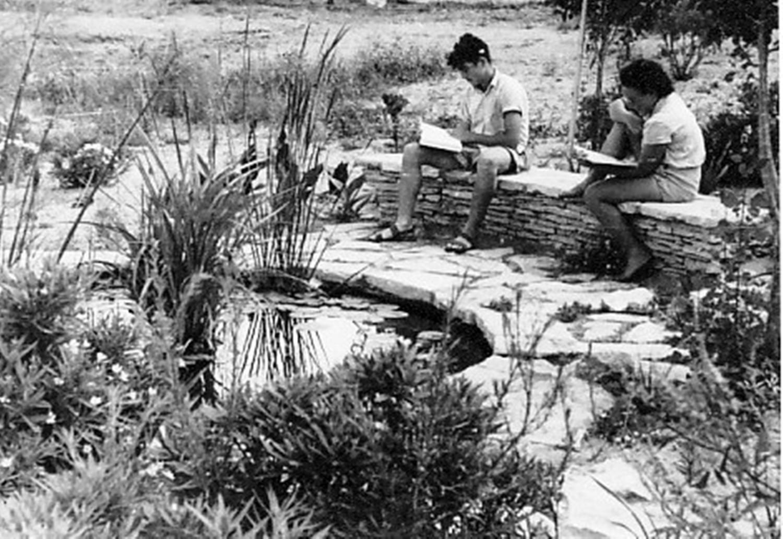 תמונה 5- 64 - מרים ואברהם תומר ליד בריכת הנוי במוסד (בין בית ראשון לשני)בביצוע חיים שרון וקב. עופ
