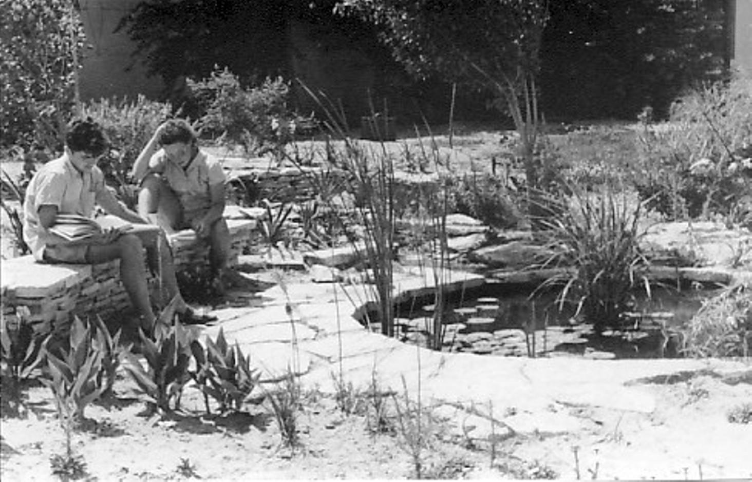 תמונה 6- 64 - מרים ואברהם תומר ליד בריכת הנוי במוסד (בין בית ראשון לשני)בביצוע חיים שרון וקב. עופ