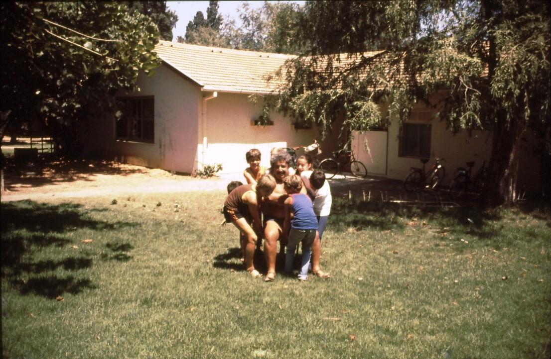 שקופית 13- 231 -ג'ש 1980-קב' רותם עם חיים זוט