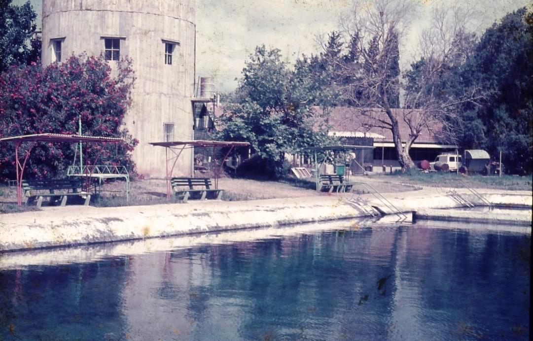 שקופית 21- 231 -ג'ש 1972-בריכת השחייה מזפת במוסד-ברקע-חדר אכל מוסד