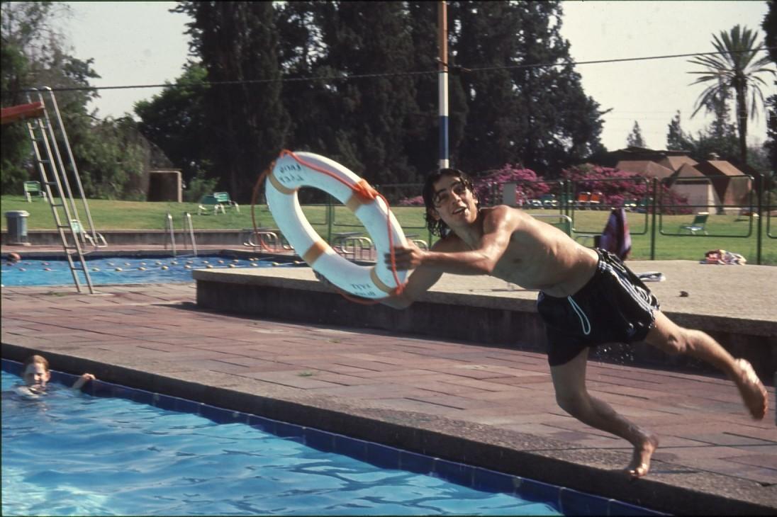 שקופית 23- 231 -ג'ש 1993-בבריכת השחייה-ברקע-מועדון כיפה אדומה