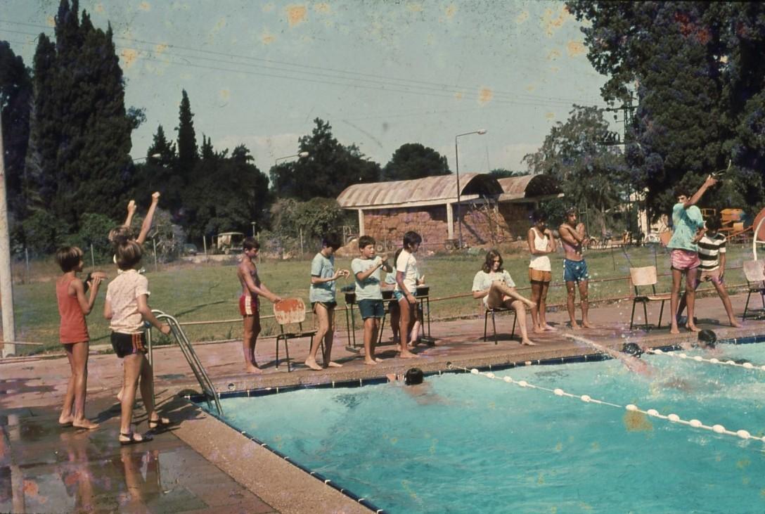 שקופית 29- 231 -ג'ש 1980-3-אליפות המוסד בשחייה-ברקע-המתבן