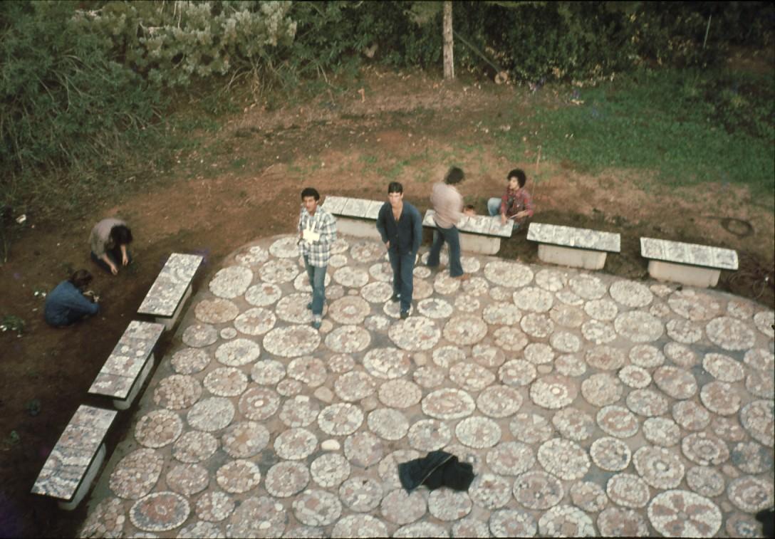 שקופית 49- 231 -ג'ש 1986-9-המוסד-ריצוף מוזאיקת הרחבה ליד חדר אכל מוסד