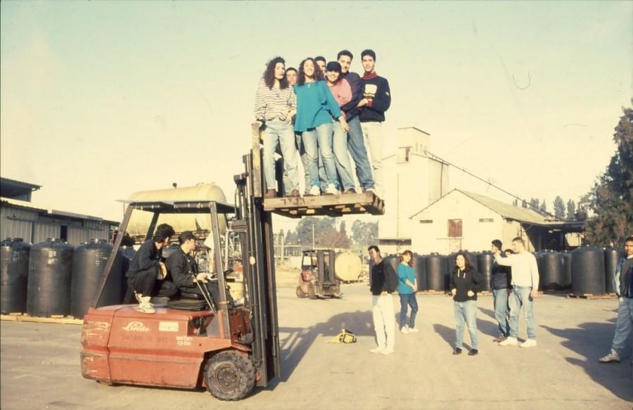 שקופית 21- 236 -ג'ש 1990-קב' מורן בבית החרושת-ברקע-מחסני לנדי
