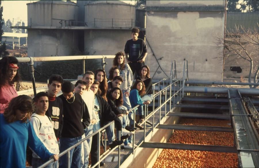 שקופית 22- 236 -ג'ש 1990-קב' מורן בבית החרושת-ברקע-מחסני לנדי