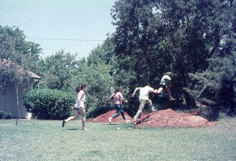 שקופית 3- 296 -ג'ש 1967-נערי קב' חבצלת רצים לשוחות